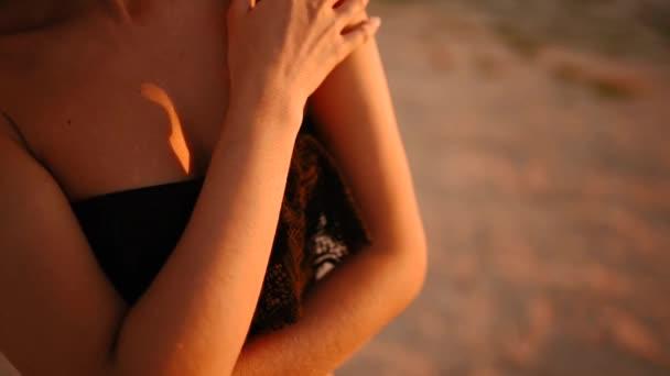 mladá hubená sexy opálená žena v podprsenka spodní prádlo hladí sama