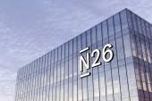 Berlín, Německo. 17. února2021. Pouze redakční použití, 3D CGI. N26 Online Bank Signage Logo na střeše skleněné budovy. Pracoviště ve výškovém sídle kanceláře.