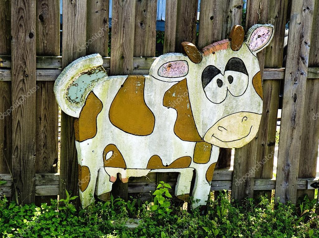 Lustige Holzerne Kuh Auf Zaun Stockfoto C Trudywilkerson 112064418