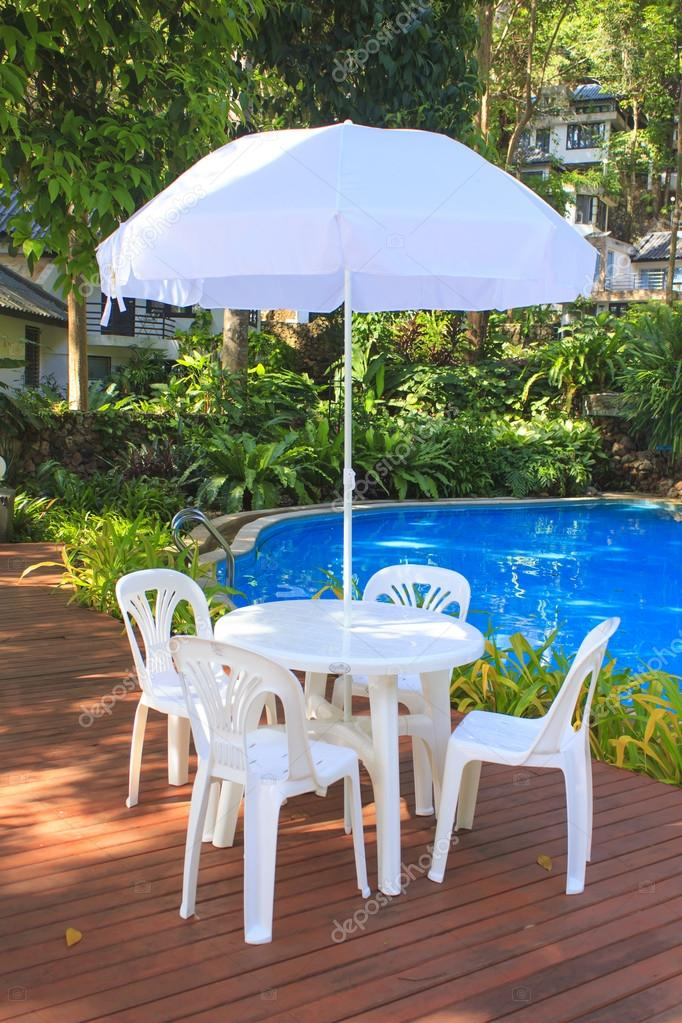 Weiße Kunststoff Gartenmöbel Tisch Und Stühle Sommerabend