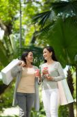 Photo female friends drinking coffee outdoors