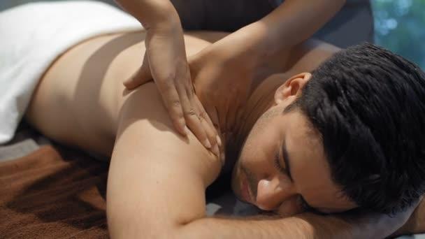 Lezárása női kéz masszírozó váll férfi fekvő spa ágy