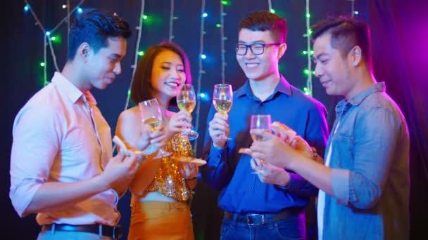 Közepes lövés társaság barátai álló darab pizza és pohár pezsgő és miután party