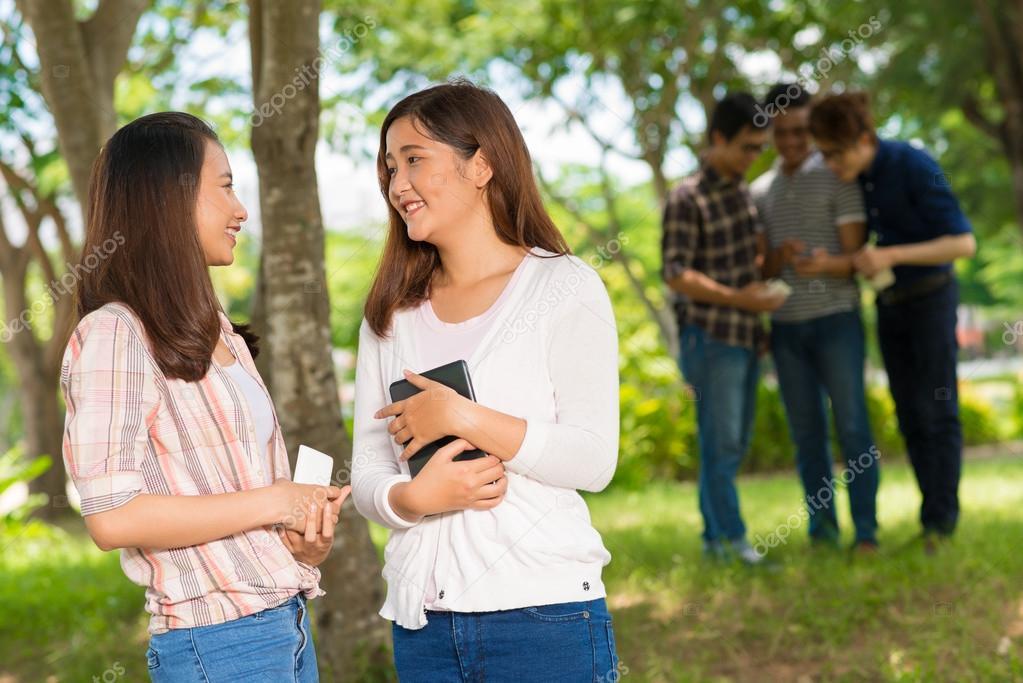 Dos Adolescentes Hablando En El Parque