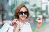 Ženské shopaholic s kreditní kartou