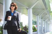 Ženy s kávou a zavazadel