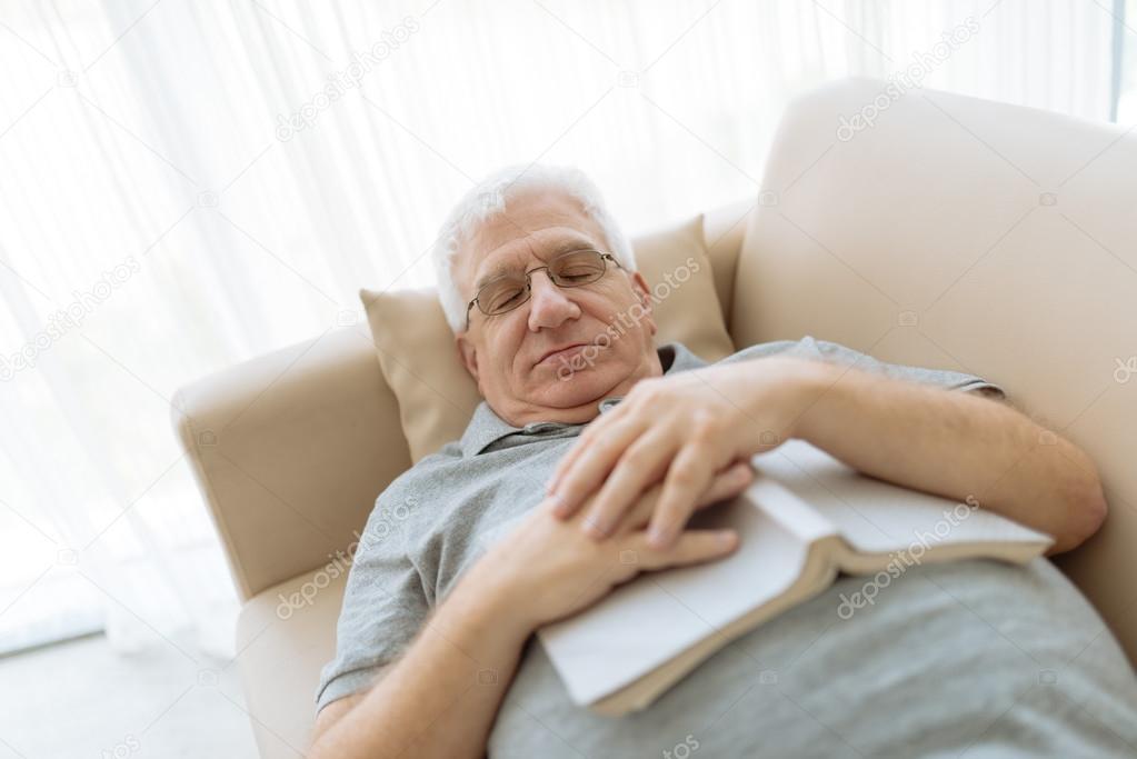 Uomo anziano dormire sul divano foto stock - Dormire sul divano ...