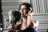 Fotografie Frau Unterzeichnung ein Lied im studio