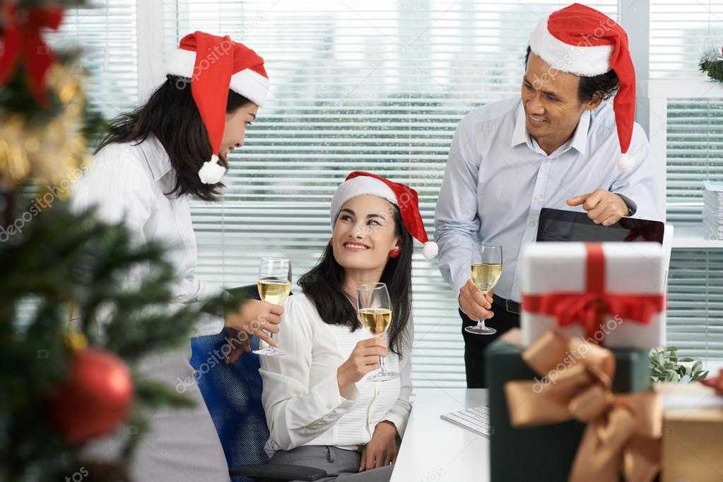 Fröhlich Geschäftsleute, Weihnachten zu feiern — Stockfoto ...