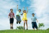 Skupina šťastných dětí