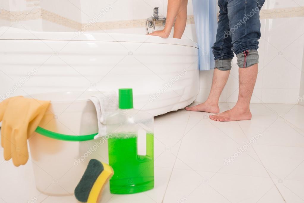 Jeans Vasca Da Bagno : Vasca pulizia uomo a piedi nudi u2014 foto stock © dragonimages #92656678