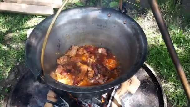 Příprava guláše v kotli