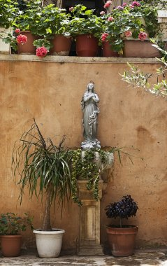 Statue of Holy Mary and little angels at her feet.