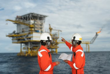 Oil worker and oil rig. montage concept