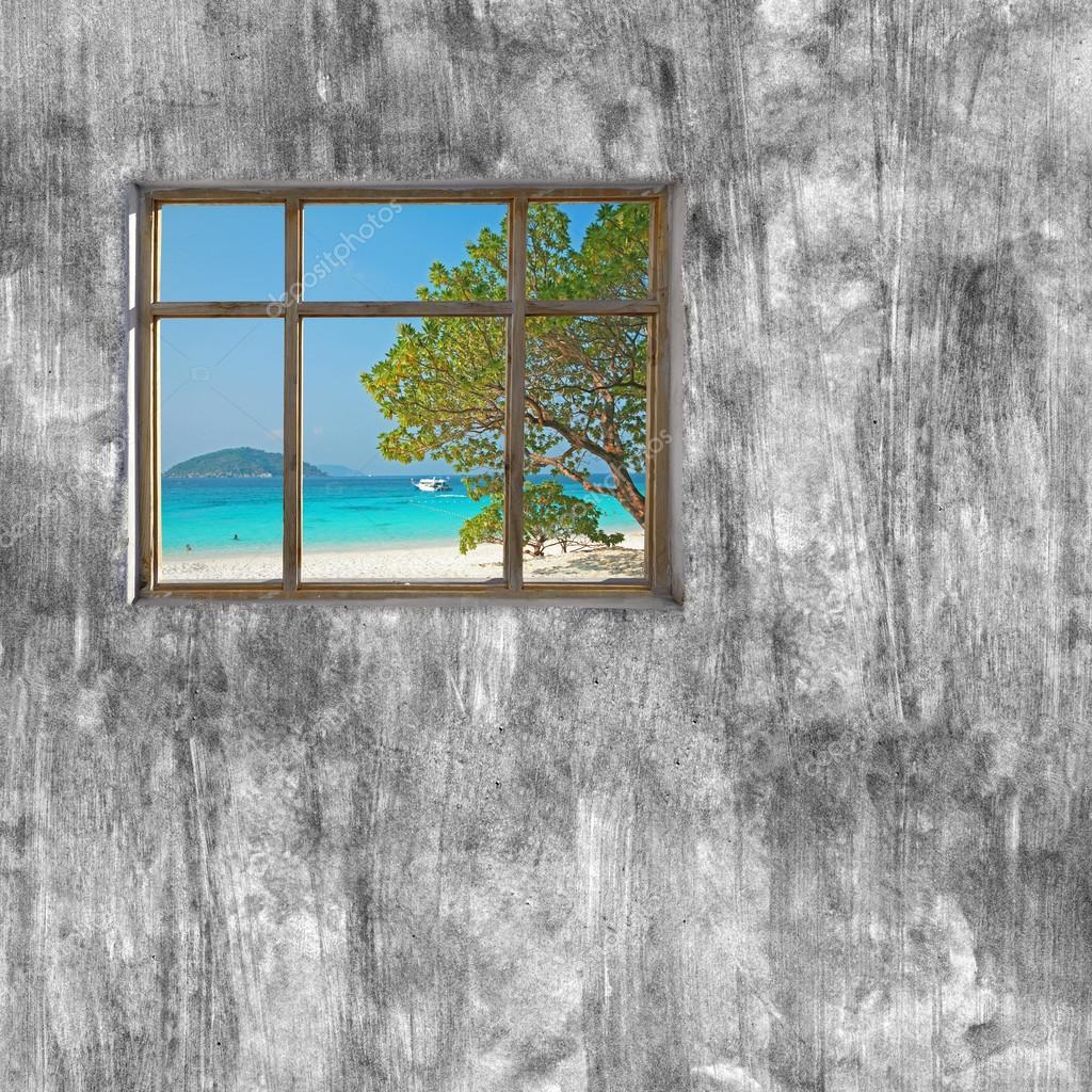 marco de ventanas en pared de cemento y vista del mar tropical ...