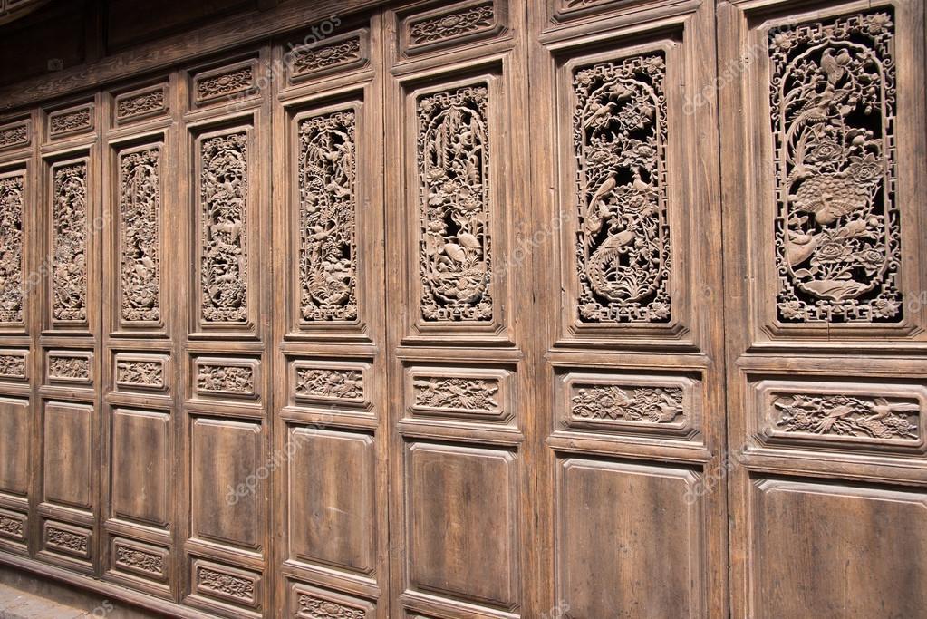puerta de china de madera con esculturas hechas a mano