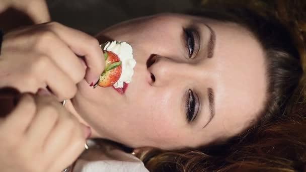 otrokyni sexuálně jíst jahody se smetanou
