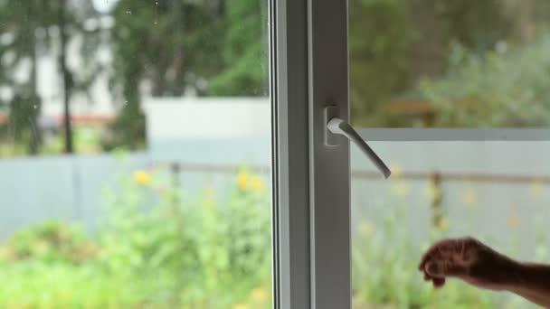 Muž se otevře okno s moskytiérou
