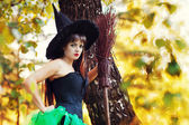 žena s koštětem v ruce a klobouk čarodějnice