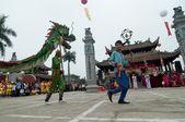 Skupina neznámých tanečník s jejich barevné draka na 04 květen 2013 v Nam Dinh, Vietnam.