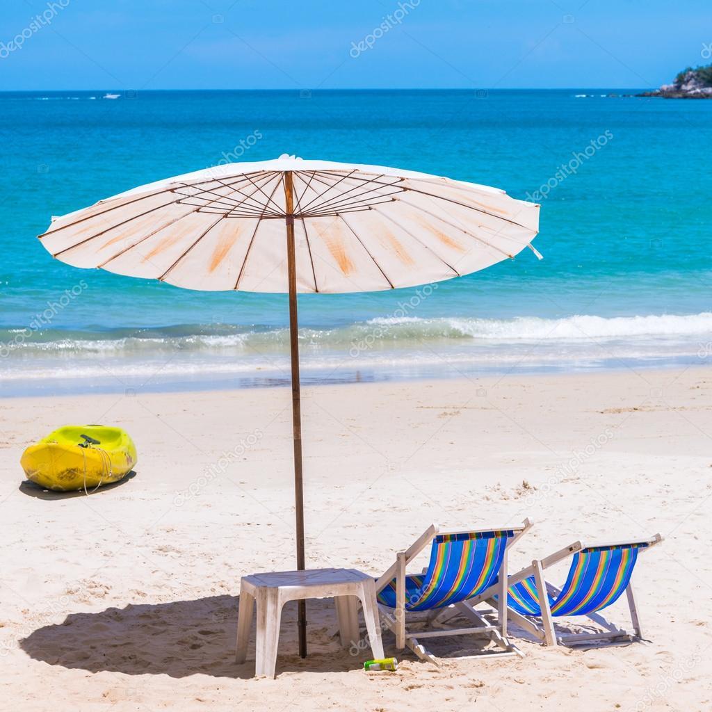 Liegestuhl mit sonnenschirm strand  Liegestuhl und Sonnenschirm am Strand — Stockfoto © jakgree #52697171