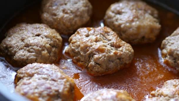 karbanátky z mletého masa v pánvi smažené v oleji
