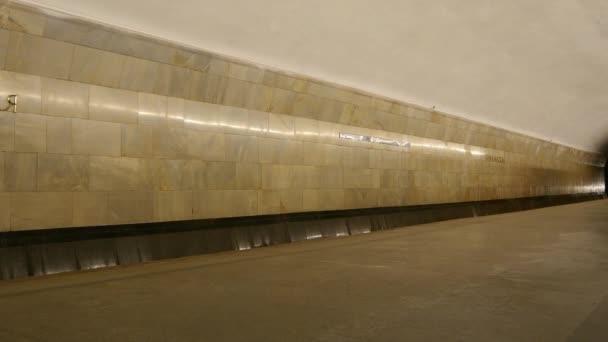 Moskva, Rusko - 19 září 2013: Vlaky dorazí na stanice metra Baumanskaya v Moskvě, Rusko, 13 březen 2016