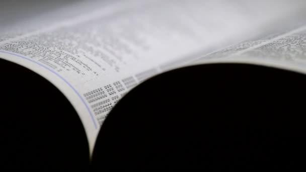 Stránky telefonního seznamu s názvy a adresy v černém pozadí