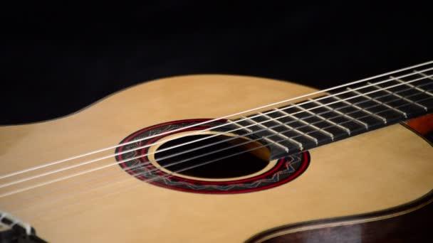 Španělské klasická kytara gyrating, detail v ústech, smyčce, pražců a dřevo