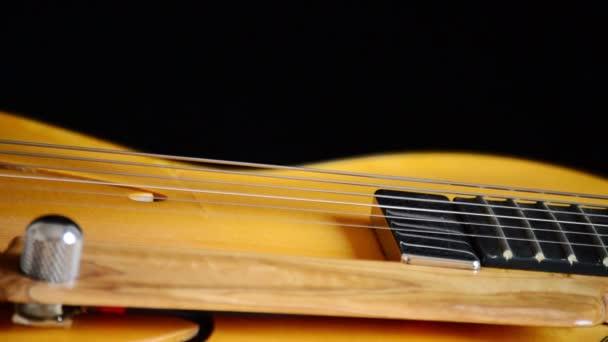 Elektromos gitár forgó, pickup, vonósok és efes részlete