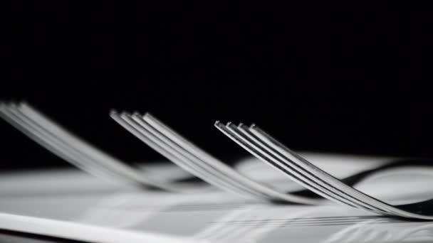 Vidlice otáčí na bílém základna s černým pozadím