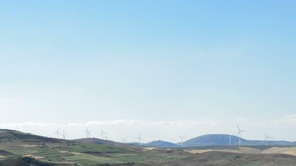 Turbine di vento in movimento durante la turbina di vento rotante al tramonto al tramonto pomeriggio
