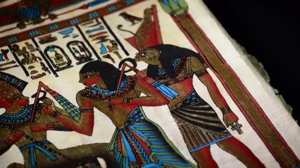 Egyptský papyrus s reprezentací faraónů a hieroglyfy otočení