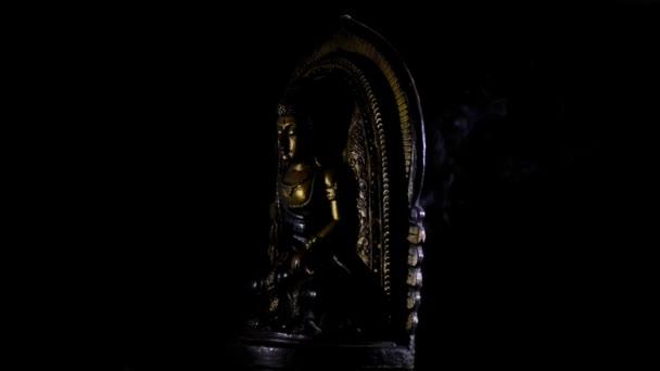 Buddha imádkozó kép elforgatása a fekete háttér