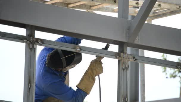 Hegesztő dolgozik egy épület felépítése