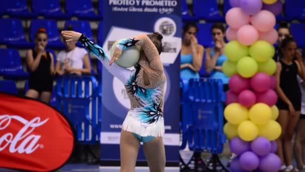 Malaga/Malaga/Spanyolország - 05 16 2015-ig: A ritmikus torna torna labda a fiatal tornász