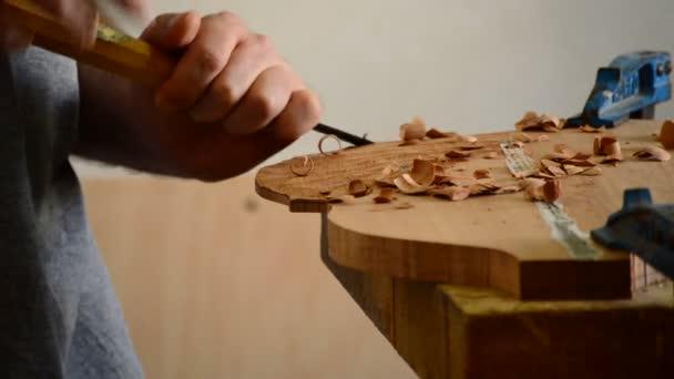 Gitarrenbauer arbeiten Arbeitsplatz