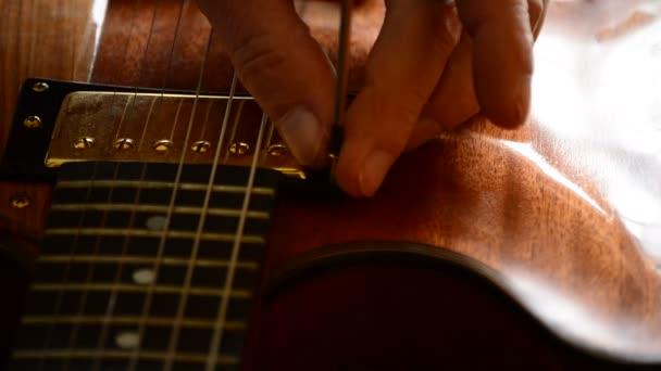 Houslař pracující v elektrickou kytaru pracovišti
