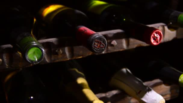 Lahví vína a šampaňského ve sklepě,-nakloněná rovina