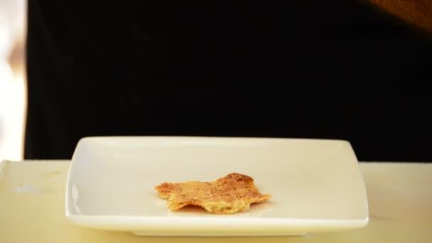 Šéfkuchař ruce jízda lososem misky s mangem