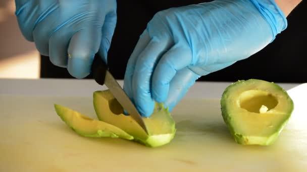 Šéfkuchař ruce řezání avokádem