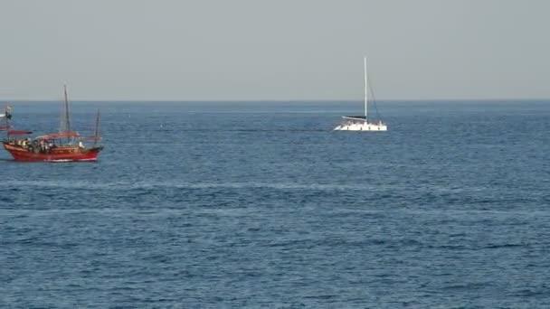 Hajó, yacht vitorlázás egy kék óceán naplementekor