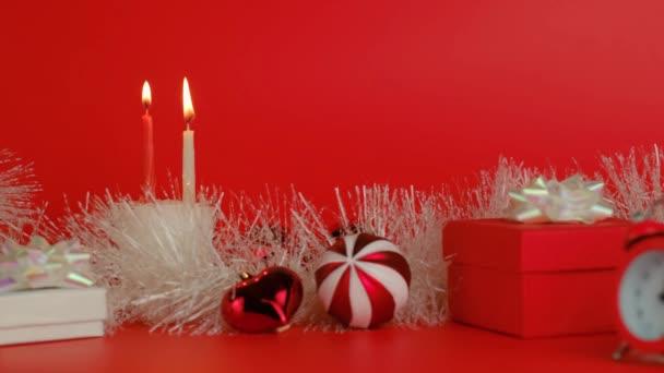 Vánoční výzdoba na červeném pozadí. Nový rok odpočítávání.
