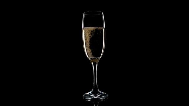 Sklenice šumivého šampaňského vína na černém pozadí