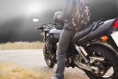 Fotografie motorka jede na ulici