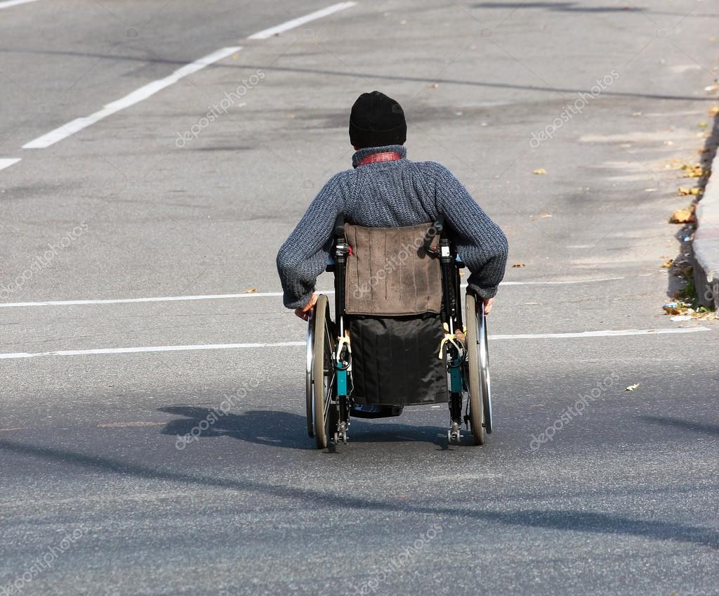 La Hombre Cruzando De Fotos Silla Calle Ruedas En Stock — AjRc54Lq3
