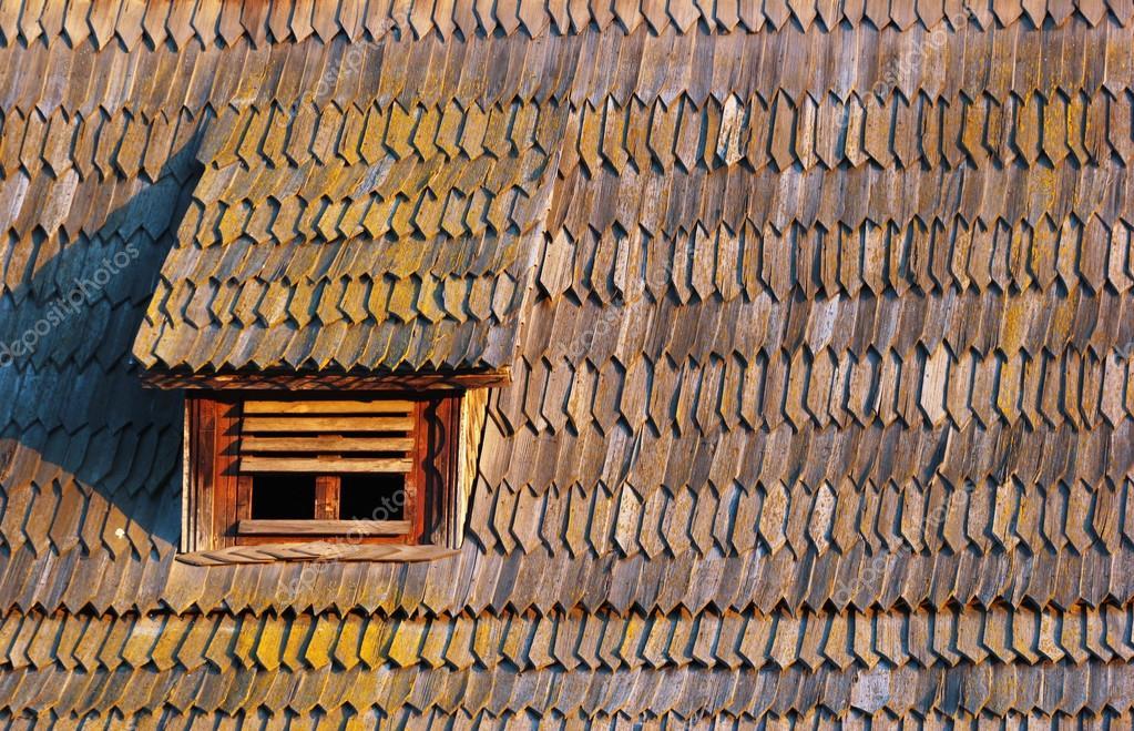 Piccolo abbaino in scandole di legno stagionata vecchia for Abbaino tetto prezzi
