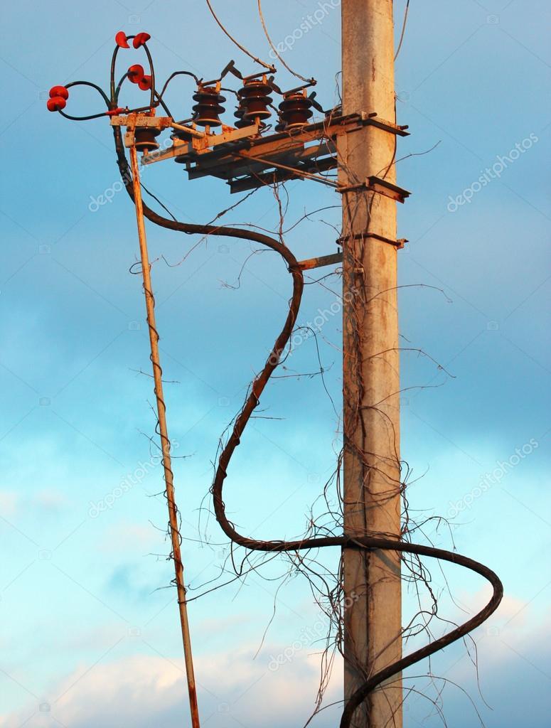 Alte Beton elektrische Strommast mit Isolatoren und Kabel ...