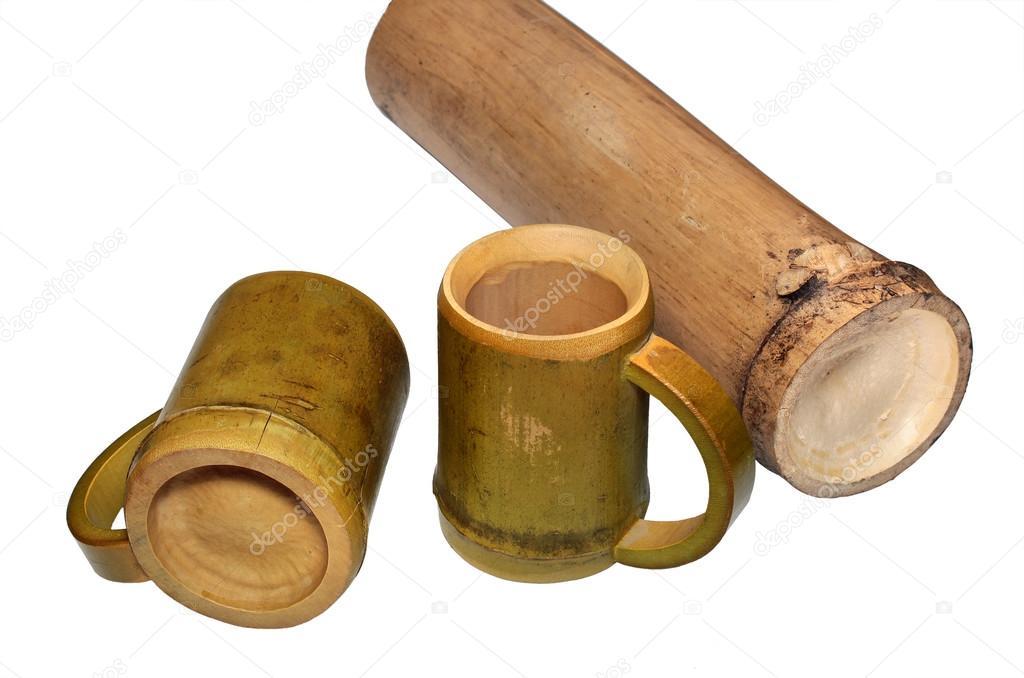 Dos Tazas De Bambu Y Bambu Seco Tallo Aislado Sobre Fondo Blanco - Bambu-seco