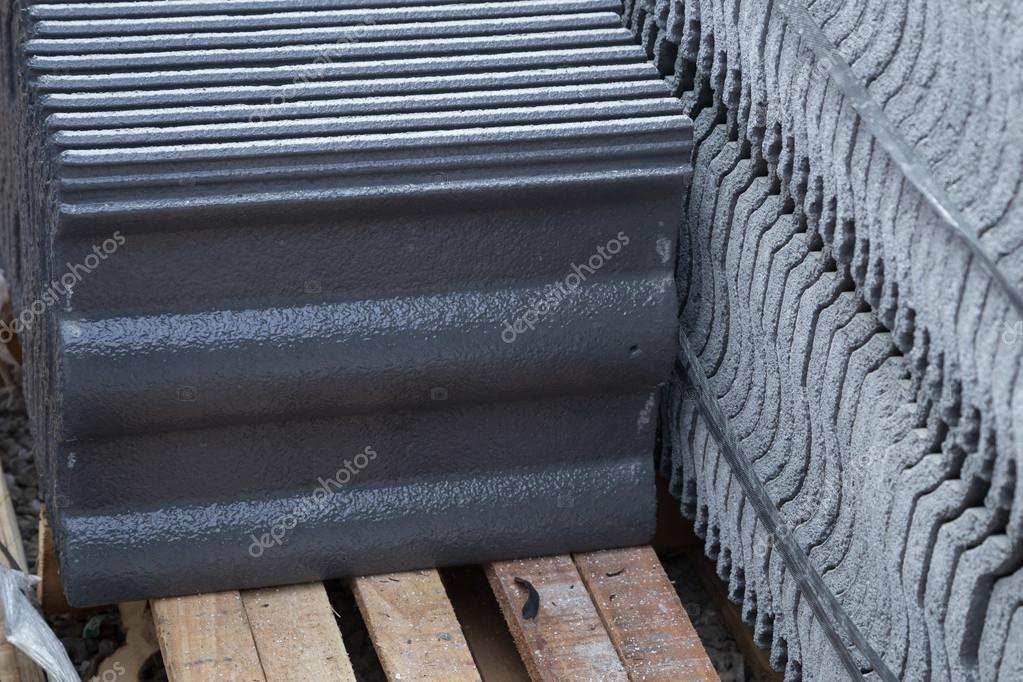 stapel von beton dachziegel graue farbe auf baustelle. Black Bedroom Furniture Sets. Home Design Ideas